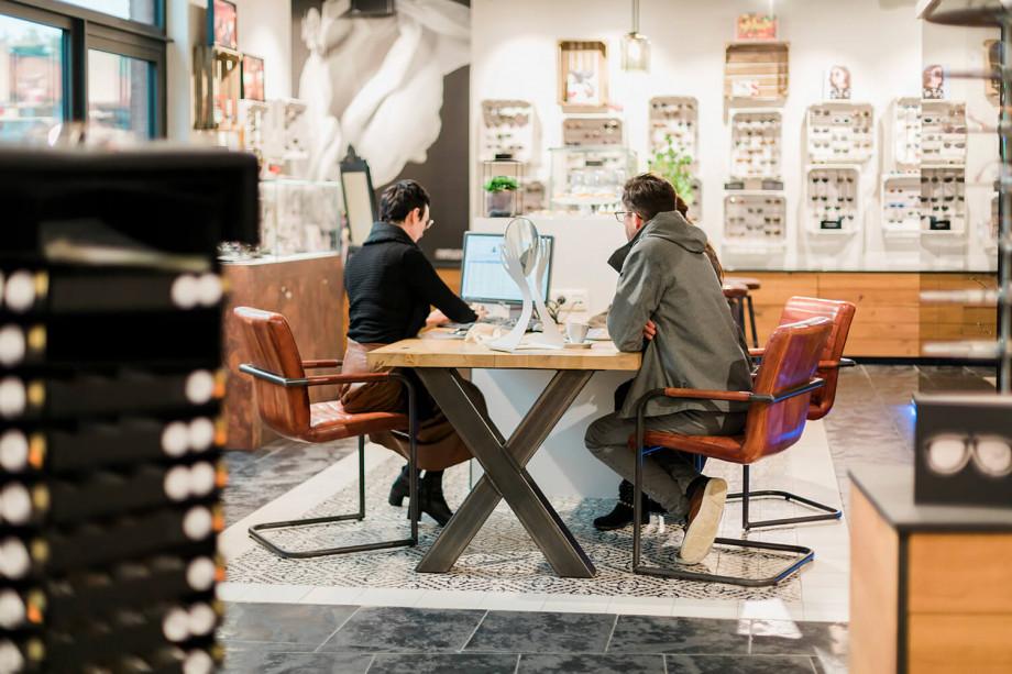 Heel wat enthousiaste klanten kwamen hun Andy Wolf-bril uitkiezen bij een hapje en een drankje.